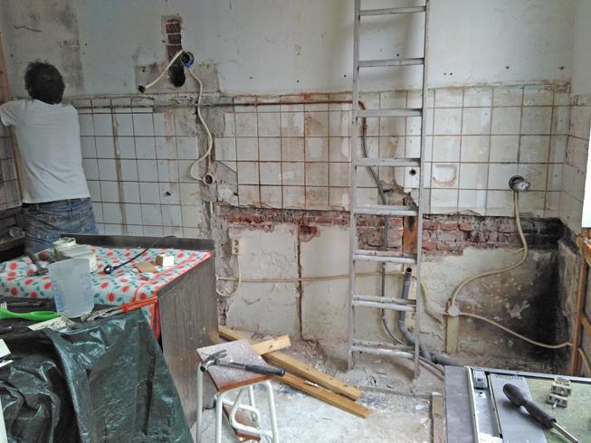Keuken na het demonteren van de meubels.