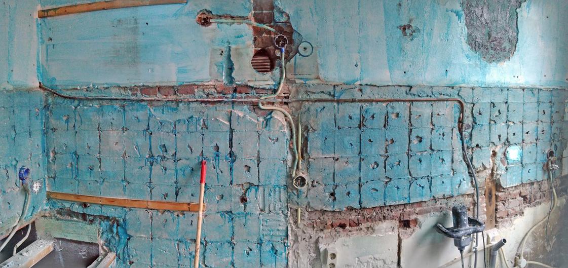 Oude keukenwand met voorstrijk voor stuc.