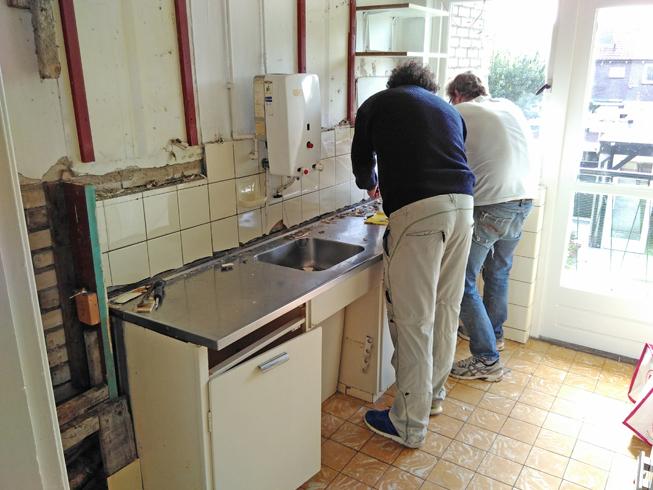 Mannen demonteren het Piet Zwart keukentje.